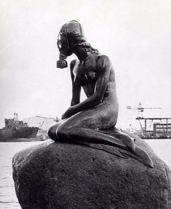 Статуя Русалочки в Копенгагене с противогазом на лице