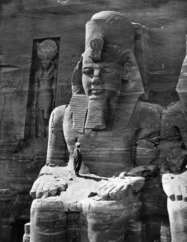 Мужчина стоит на коленках у статуи Рамсеса Великого, 1856 год