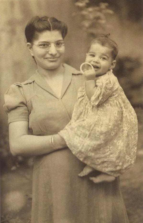 Фредди Меркьюри с мамой в 1947 году