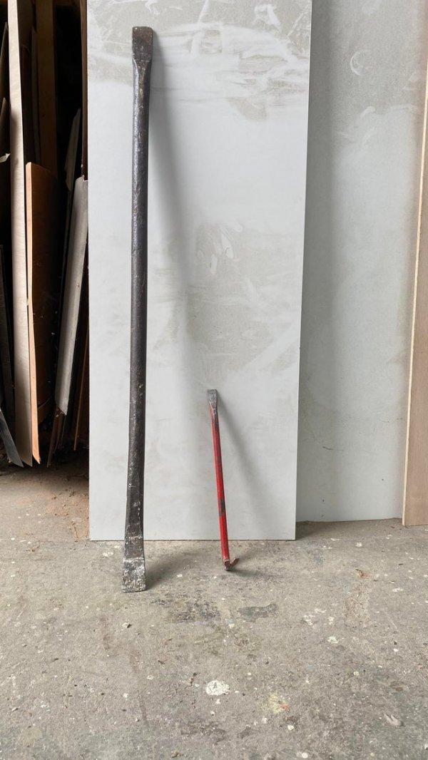 Таким ломом открывают двери весом в 400 килограмм. Обычный лом для сравнения