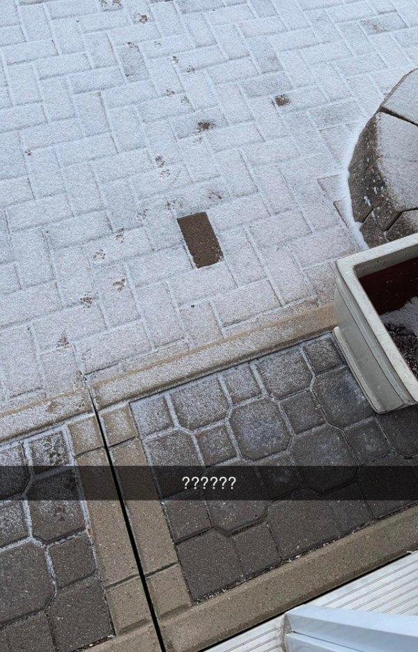 Один кирпич в моём дворе остался непокрытым снегом