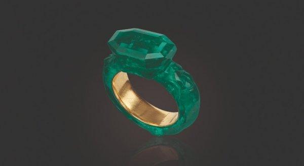 Резное кольцо из изумруда и золота 16-17 веков