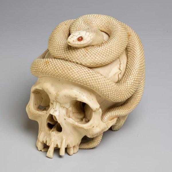 Вырезанные из слоновой кости череп и змея с глазами из драгоценного камня сердолика. Япония, период Эдо, 1860 год