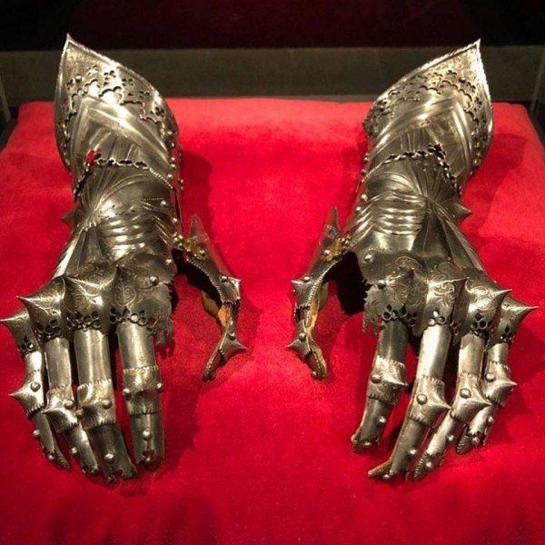 Бронированные рукавицы, принадлежавшие императору Священной Римской империи Максимилиану I