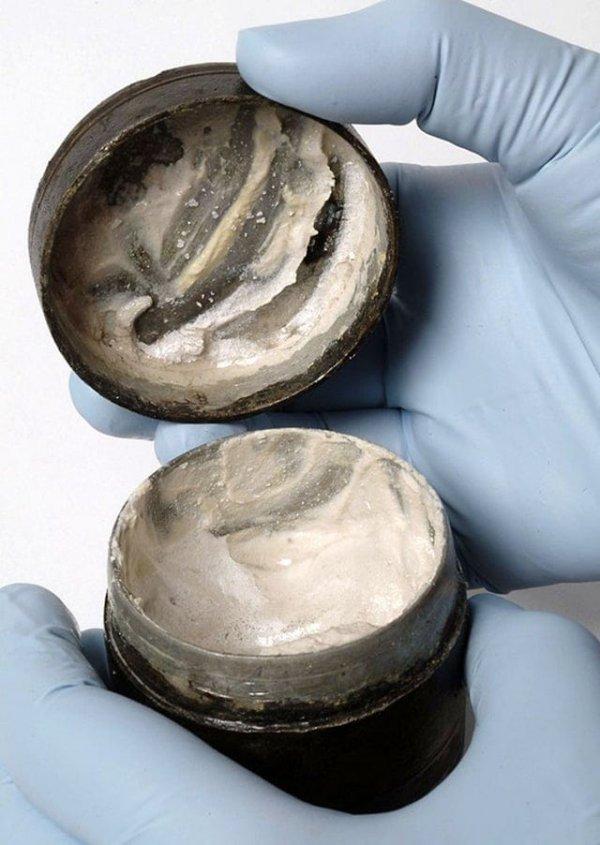 Баночка 2000-летней давности с древнеримским кремом/лосьоном для лица