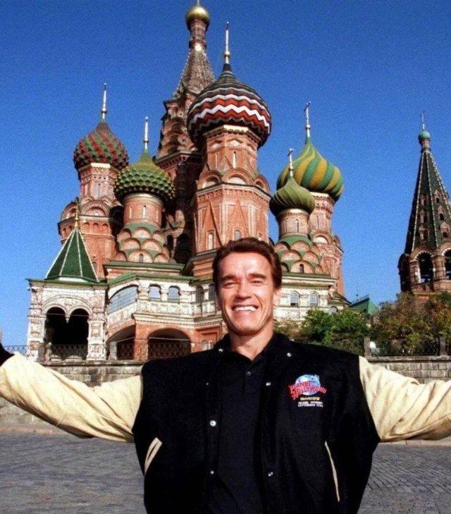 Счастливый Шварценеггер во время посещения Москвы 1996 год.