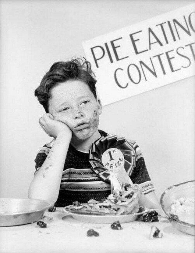 Мальчик радуется первому месту в конкурсе по скоростному поеданию пирогов, 1950 год, США