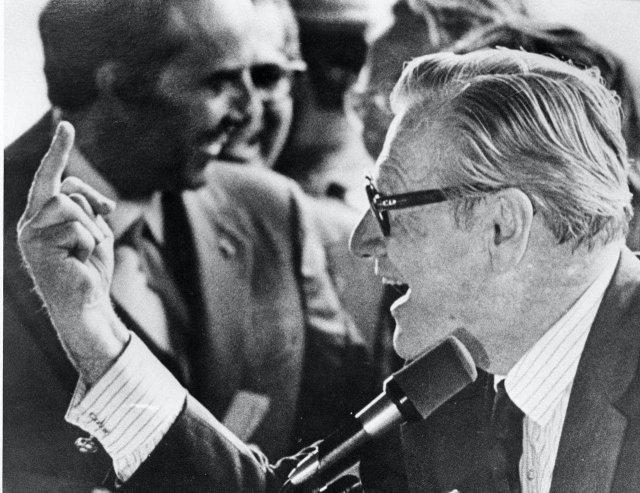 Вице-президент США Нельсон Олдрич Рокфеллер показывает средний палец толпе хиппи во время одной из публичных речей, Нью-Йорк, США, 16 сентября 1976 года.