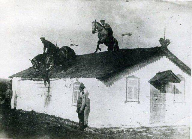 Казаки тренируются преодолевать препятствия в седле. 1910 год