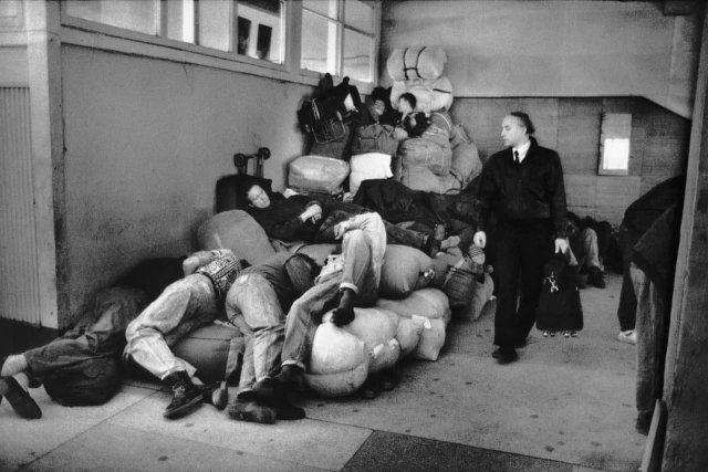 Торговцы спят в аэропорту Хабаровска, 1991 год.