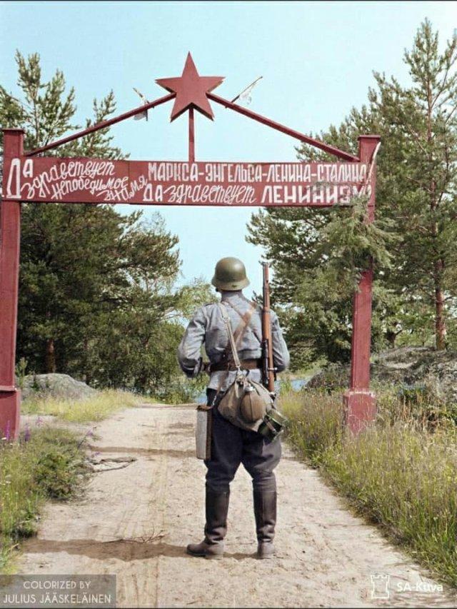 Финский солдат знакомится с местными достопримечательностями. Ладога. Лето 1941 года.