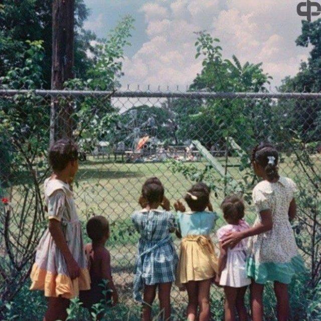 """Темнокожие дети у забора детской площадки """"только для белых"""", Алабама, 1956г."""