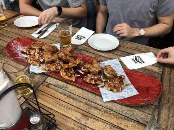 Курица и вафли на скейтборде