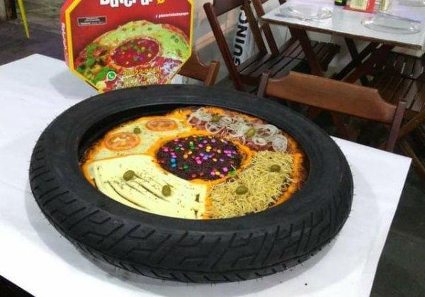 Пицца с разными вкусами в шине