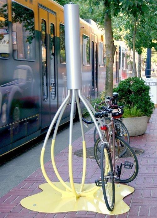 Стоянка для велосипедов рядом с кондитерским магазином