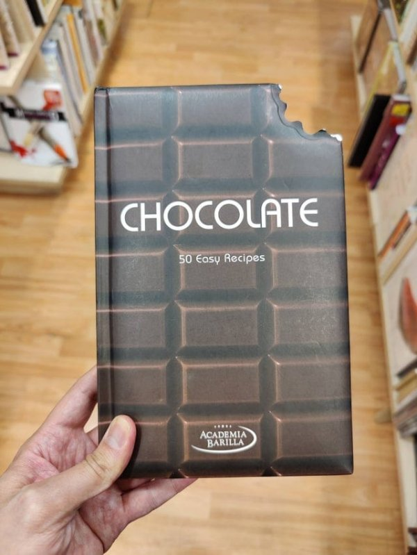 Книга о шоколаде выглядит как плитка, которую кто-то откусил