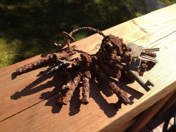 С помощью металлодетектора мой брат нашёл ключи в подвале очень старого дома