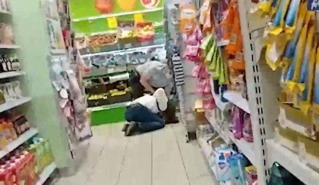 «За что? Больно же! Хватит!». А вот так в Нижнекамске задерживали посетителя супермаркета