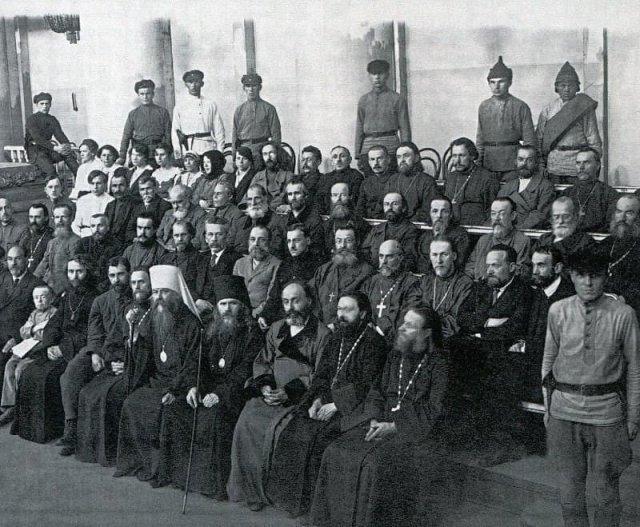 Группа подсудимых священников в зале суда, Петроград, июнь 1922 года.