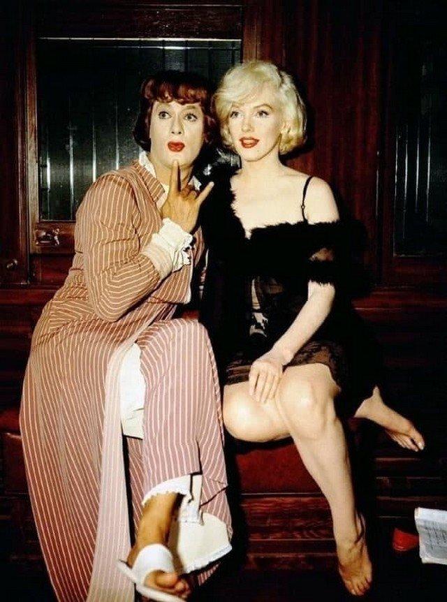 """Мэрилин Монро и Тони Кертис на съёмках """"В джазе только девушки"""", 1959 год."""