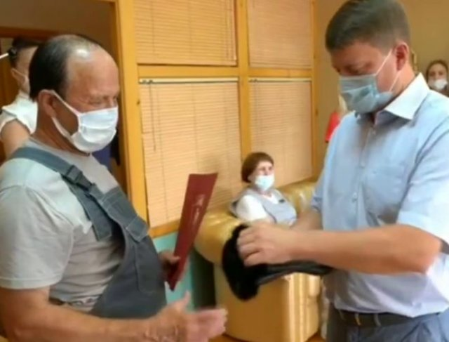Мэр Красноярска Сергей Еремин наградил дворника, который уже 8 лет убирает улицы, перчатками