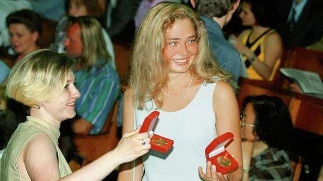 Выпускницы показывают свои золотые медали. Россия, 1999 год.