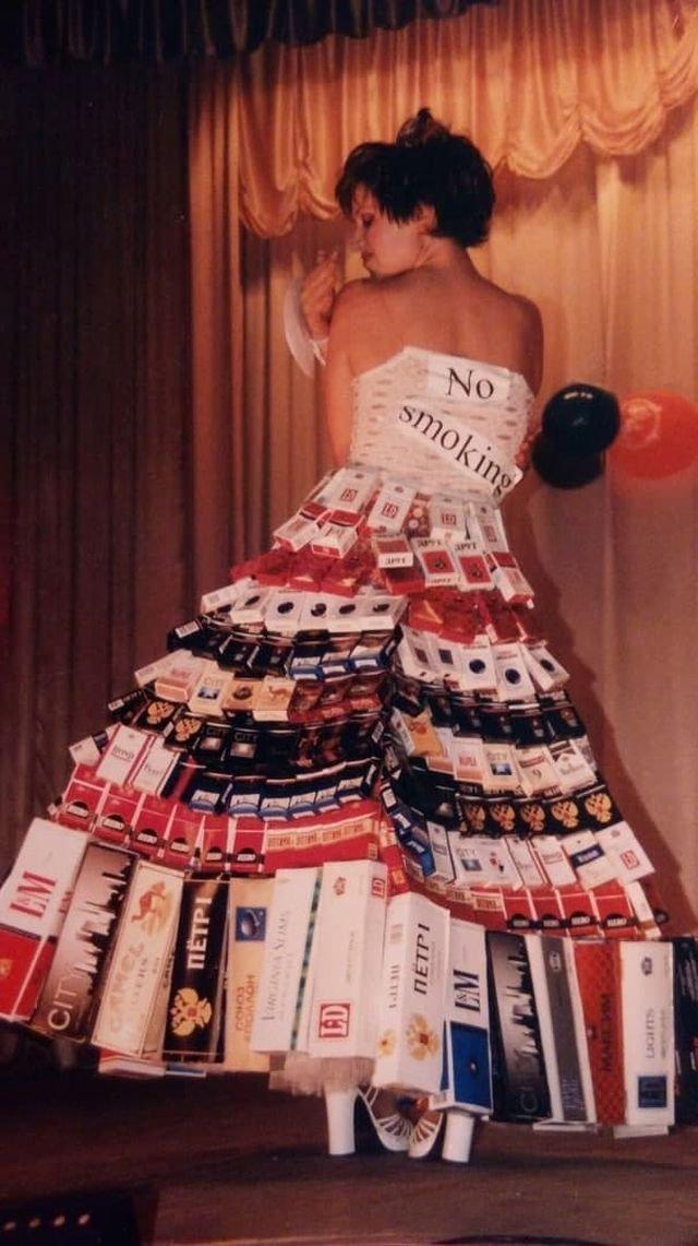 Девушка на конкурсе «Мисс города». Россия, начало 2000-х.