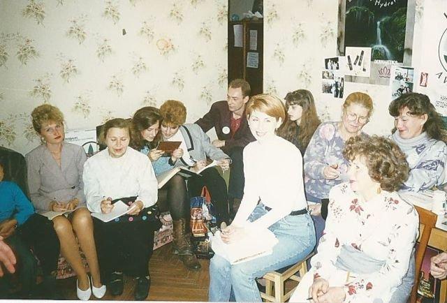 Тренинги, проходящие прямо в квартирах, менеджеров по продаже знаменитой продукции Гербалайф, 90-е годы.