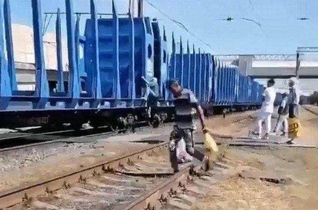 Двое мужчин решили прокатиться на поезде на станции Ржевка