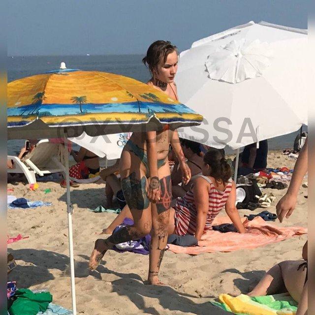 """На пляже в Одессе заметили девушку со свастикой на """"пятой точке"""" и лицом Гитлера на ладони"""
