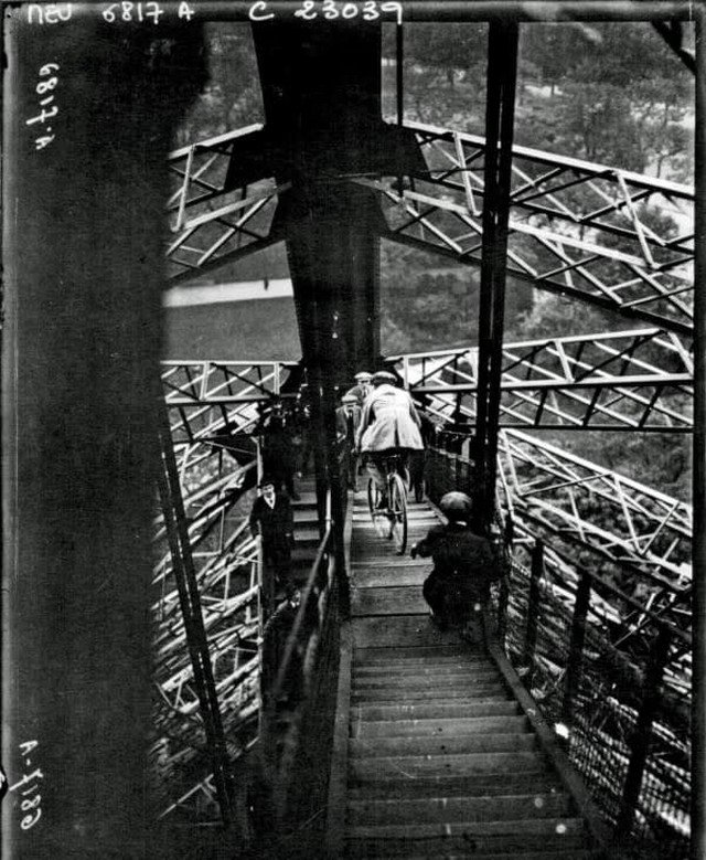 Мужчина съезжает на велосипеде с Эйфелевой башни, 1923 г.