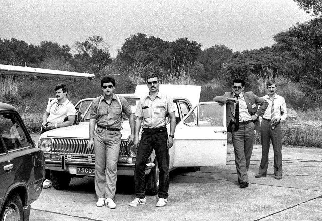 """Сотрудники группы """"А"""" КГБ СССР фотографируются для личного фотоархива, Сухуми, 1990 год."""