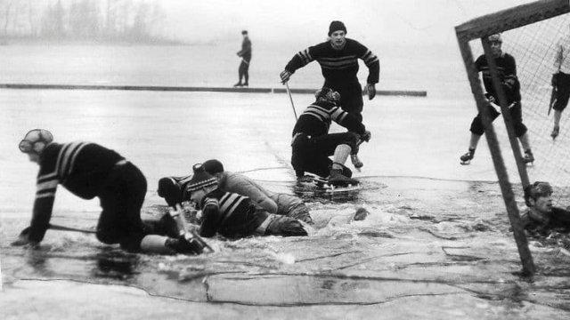 Матч по хоккею с мячом на открытом воздухе в Швеции был прерван, 1959 год.