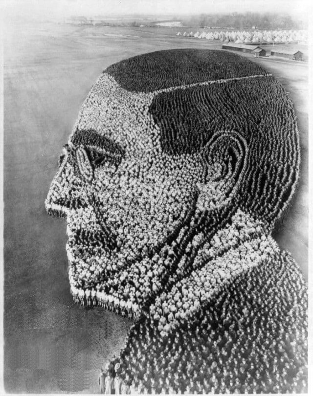 """""""Живой"""" портрет президента США Вудро Вильсона, образованный  21 тысячей солдат и офицеров,  штат Огайо, 1918 год."""