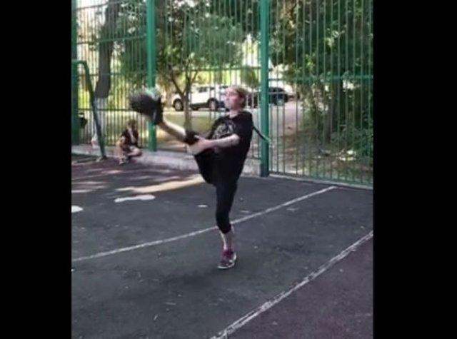 Девочка мастерски управляется с тяжелой гирей