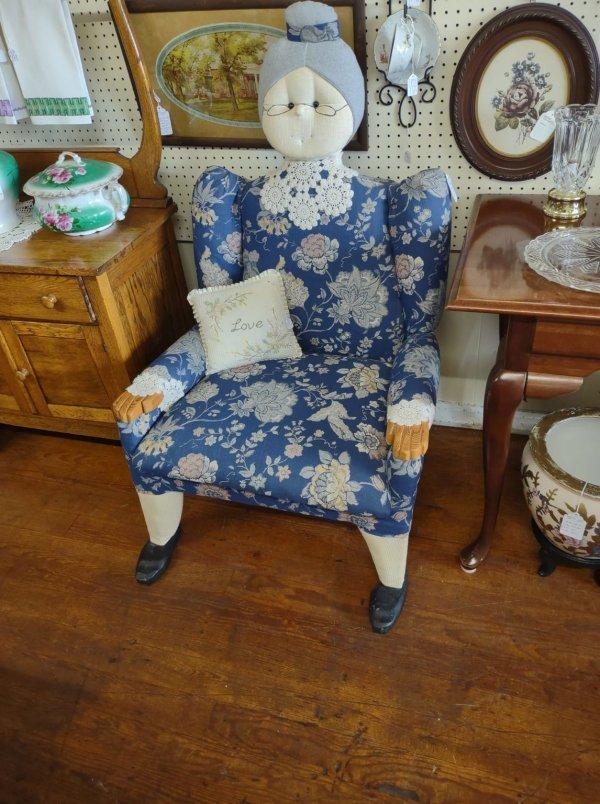 Вот такой стул я обнаружила в антикварном магазине