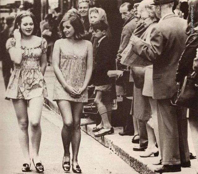 Две девушки в мини-юбках, идущие по улице Кейптауна, 1965 год.
