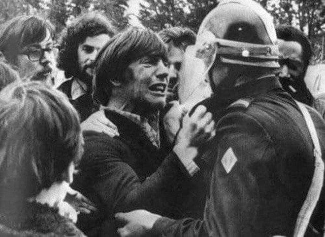 Два друга детства встречаются во время забастовки. Один из них бастующий, а другой – полицейский. Франция, 1972 год.