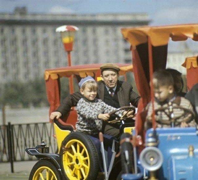Юpий Никулин с детьми в Парке Горького, 1972 год.