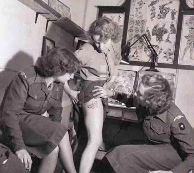 Женщина из британского королевского армейского корпуса красуется своей новой татуировкой, 1940 год.