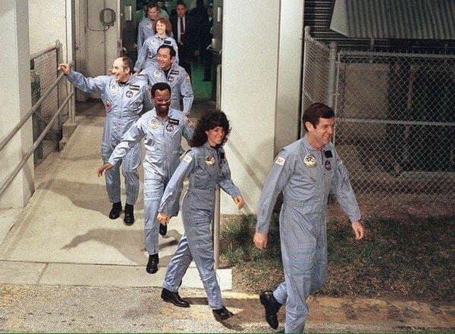 """На фото — астронавты шаттла """"Челленджер"""". НАСА, 28 января 1986 года. Космический корабль взорвался через 73 секунды после взлета. Погибли все семь членов экипажа."""
