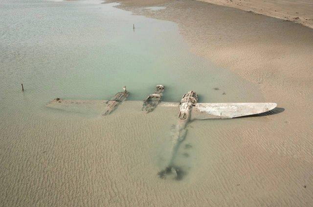 Американский истребитель P-38 времен Второй мировой войны, который появился у берегов Уэльса в 2019 году после того, как более 70 лет находился под водой.