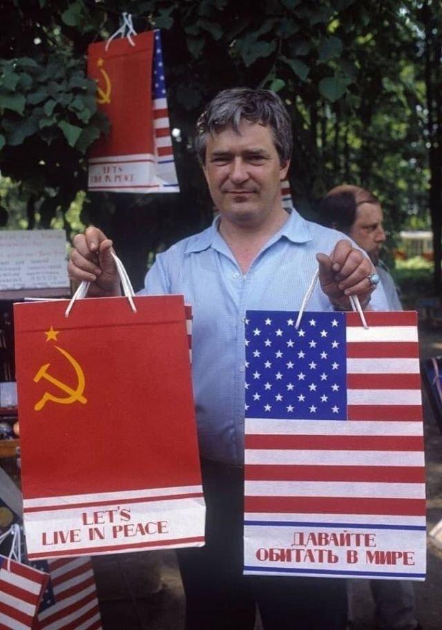 Продажа пакетов в Измайловском парке, предположительно 1988 год