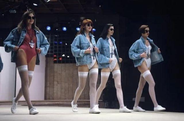 Девушки демонстрируют модную джинсовую одежду в Международном центре моды. Москва, 1992 год