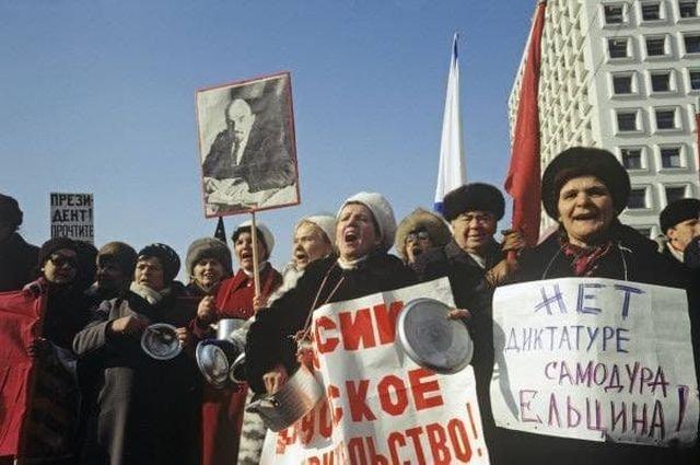 """Участники """"марша пустых кастрюль"""", организованный движением """"Трудовая Россия"""", во время шествия к зданию правительства РФ, март 1993 год"""