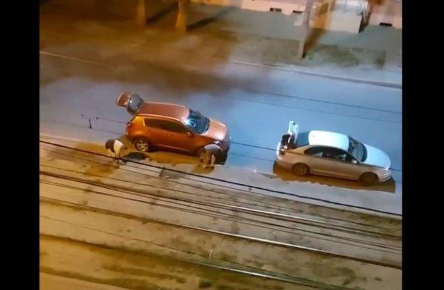 Два гения решили разжиться тротуарной плиткой под покровом ночи