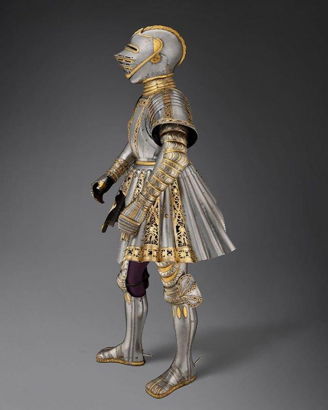 В 1512 г. император Максимилиан I заказал эти доспехи из серебра и золота для своего 12-летнего внука.