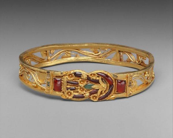 Золотой браслет с узлом Геракла. Считалось, что такой узел лечит раны и оберегает от зла. Древняя Греция, III–II вв. до н. э.