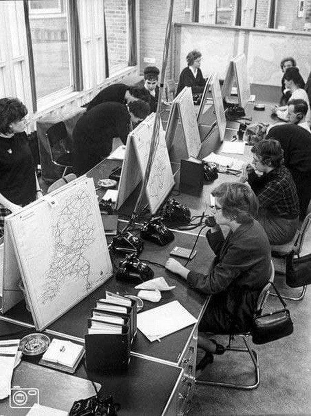 Сотрудники горячей линии, куда любой желающий мог позвонить и узнать, как добраться в нужное место. Аналог Google Maps или Яндекс Карт образца 1963 года