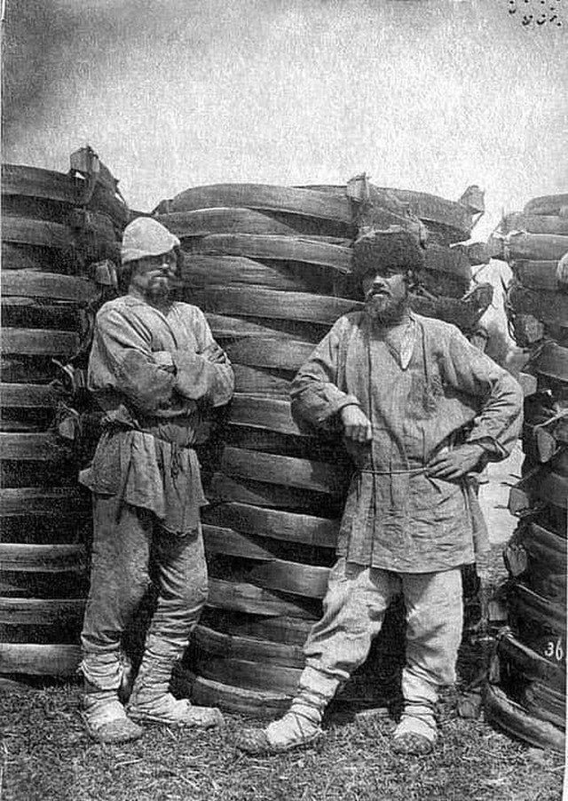 Русские мужики продают на ярмарке заготовки для тележных колес и полозьев саней, 1852